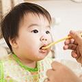 離乳食を食べる赤ちゃんの画像