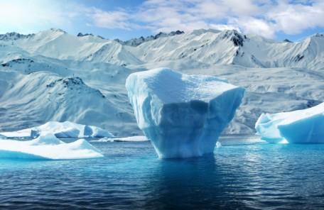 氷が浮かぶ冷たい海の画像