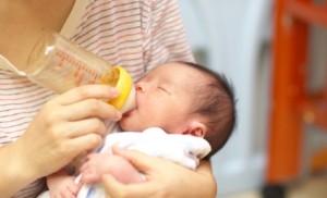 ミルクを飲む赤ちゃんの画像
