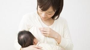 授乳しているお母さんの画像