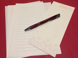 封筒と便箋、ペンの画像
