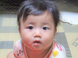 おすわりしている赤ちゃんの画像
