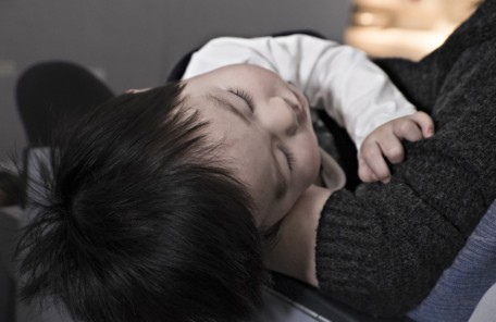 抱っこされている赤ちゃんの画像