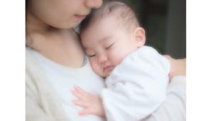 ママに抱っこされている赤ちゃんの画像